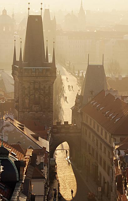 Widok z wieży św. Mikołaja na Most Karola o świcie