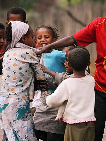 Zadyma w Lalibeli, Etiopia, walczące dzieci