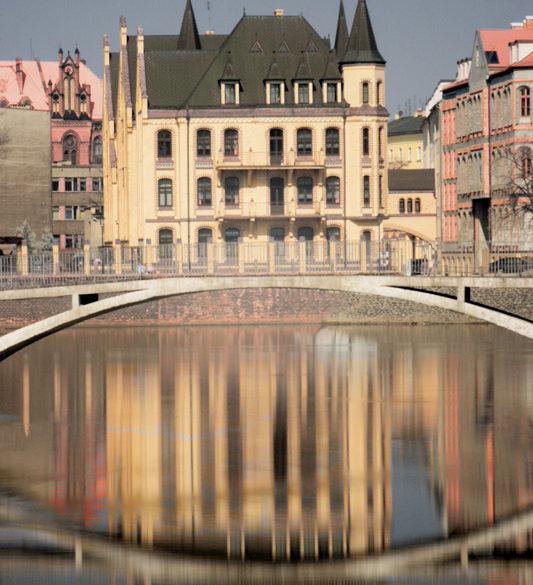 Wrocław, mostek, odbicie w Odrze