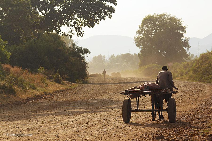 Wóz na drodze, Etiopia, pył,