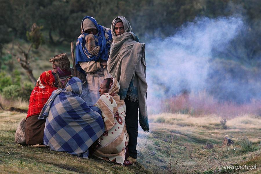 Etiopczycy przy ognisku, Etiopia, góry Siemen, obóz, fotowyprawa do Etiopii