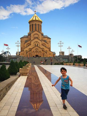 Zabawy w Tbilisi, Gruzja, biegnący chłopiec, Cminda Sameba, katedra
