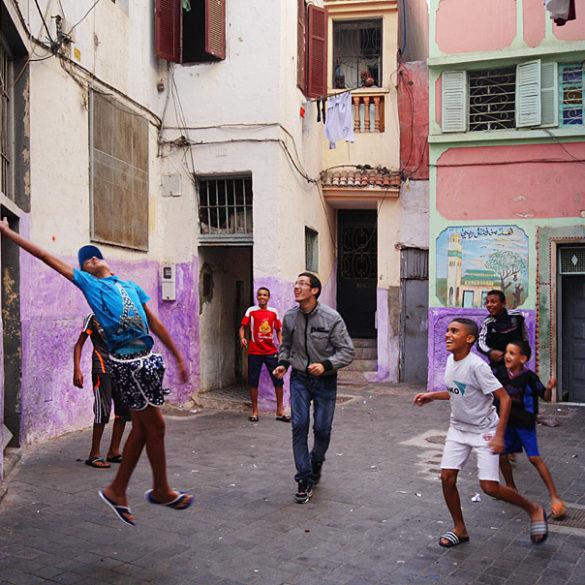 Piłka uliczna, Casablanca, Maroko, chłopcy grający w piłkę na podwórku