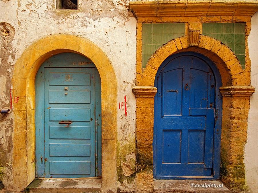 Maroko, kolorowe drzwi, stara brama