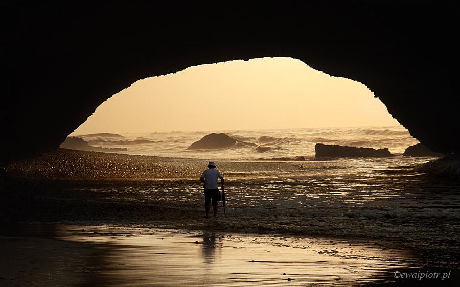 Legzira, Maroko, człowiek w morzu, łuk skalny