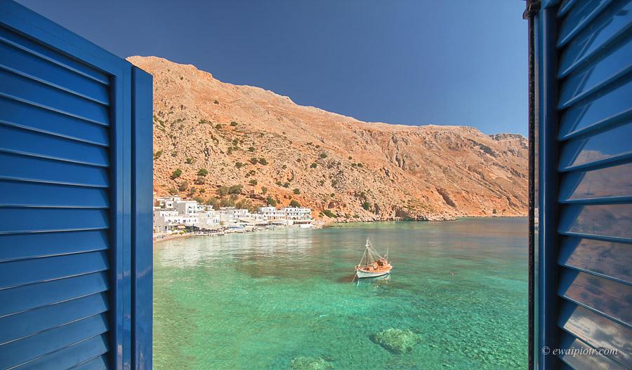 Loutro , Kreta, zatoka, góry, widok przez okno, okiennice