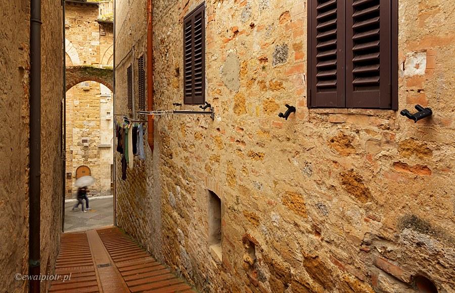 Uliczki San Gimignano w deszczu, Toskania