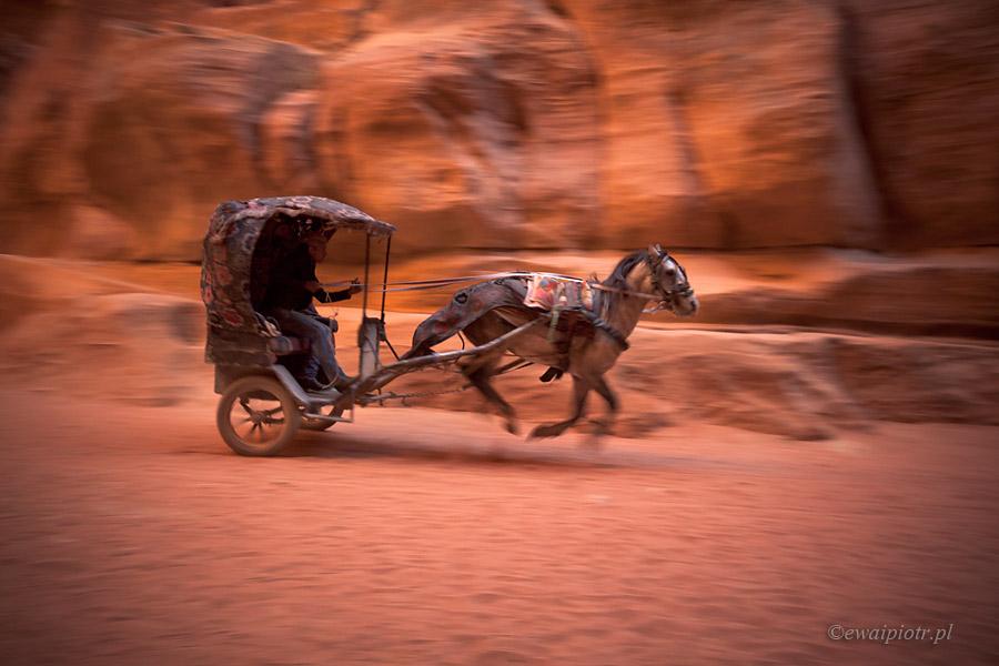 Dorożka w wąwozie Siq, Petra, Jordania