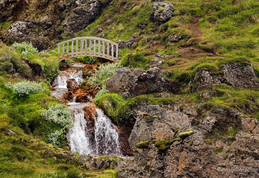 Mostek w drodze do wodospadu Godafoss, Islandia