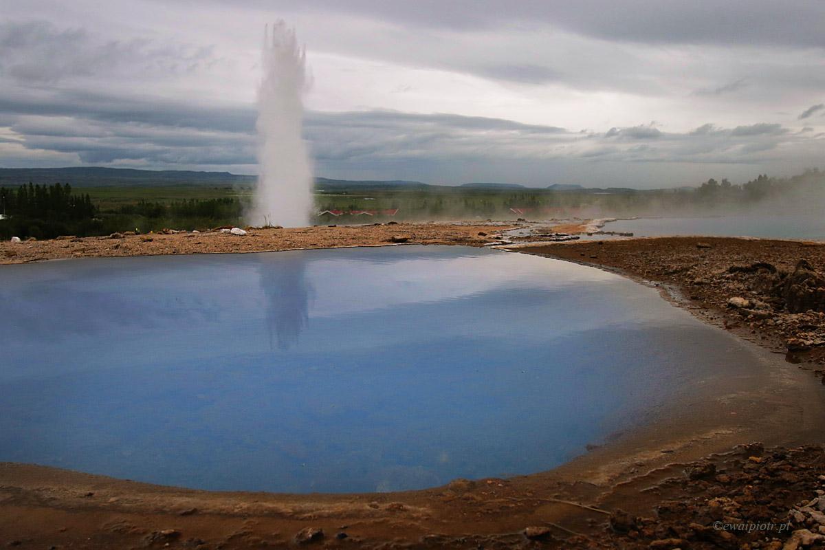 Gejzer Strokkur i niebieska woda, Islandia