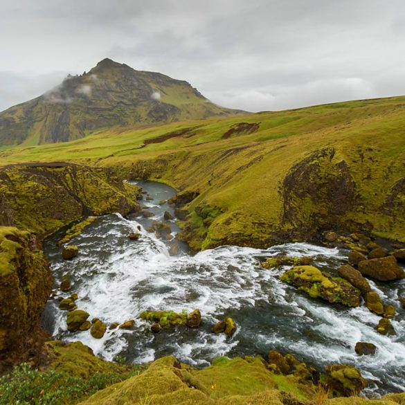 Nad wodospadem Skogafoss, Islandia