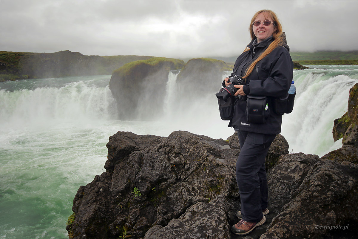 Ewa i wodospad Godafoss, Islandia