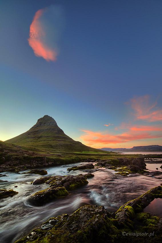 Kirkjufell i chmura. Islandia