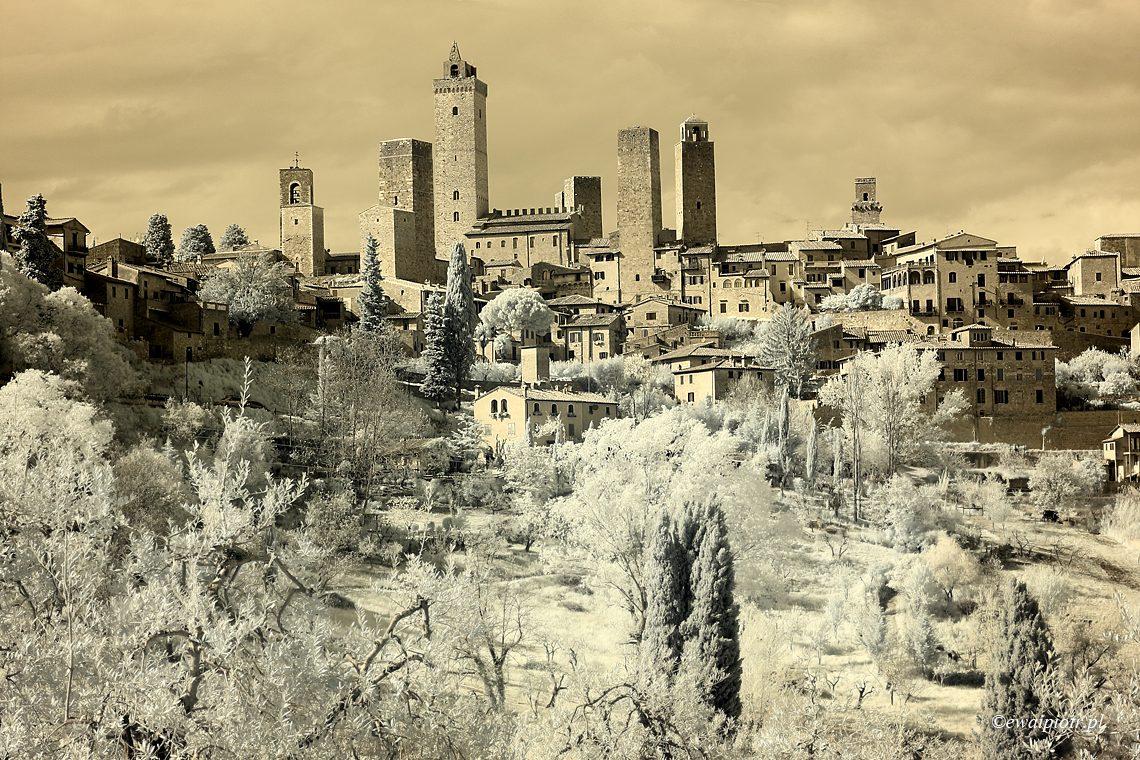 Podczerwone wieże San Gimignano