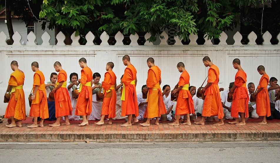 Luang Prabang_procesja mnichów