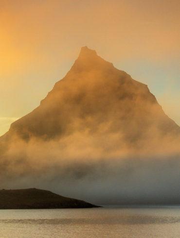 Zachód słońca przy górze Kirkjufell, Islandia
