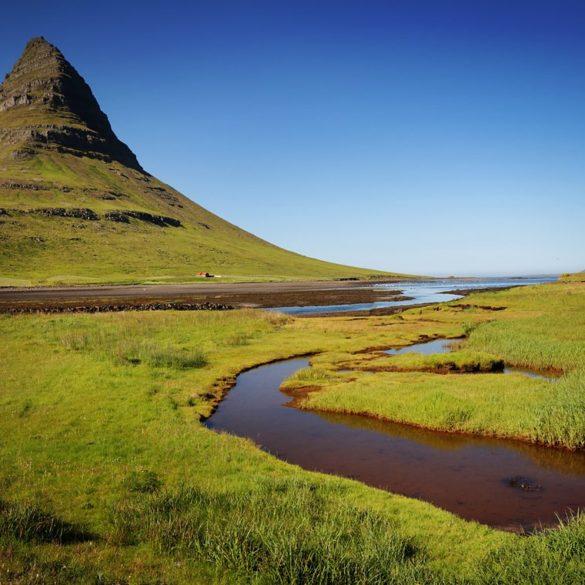 Góra Kirkjufell i słoneczny dzień, Islandia