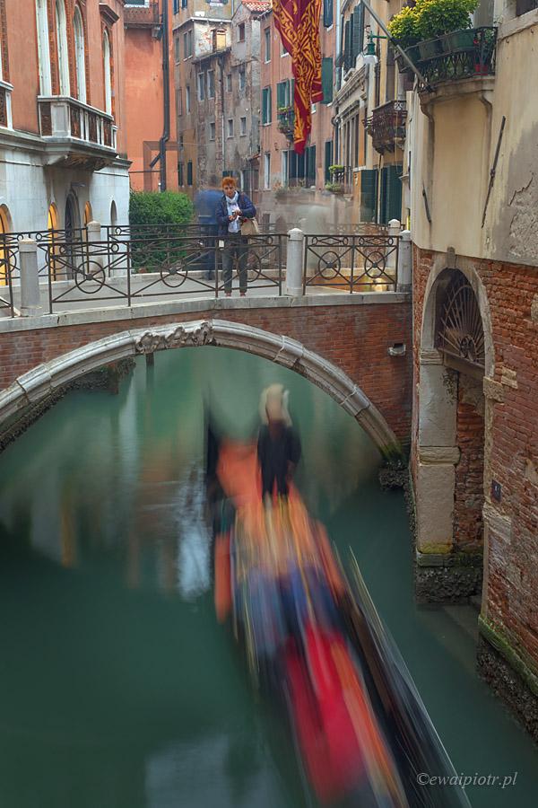 Gondola pod mostem, Wenecja długa ekspozycja