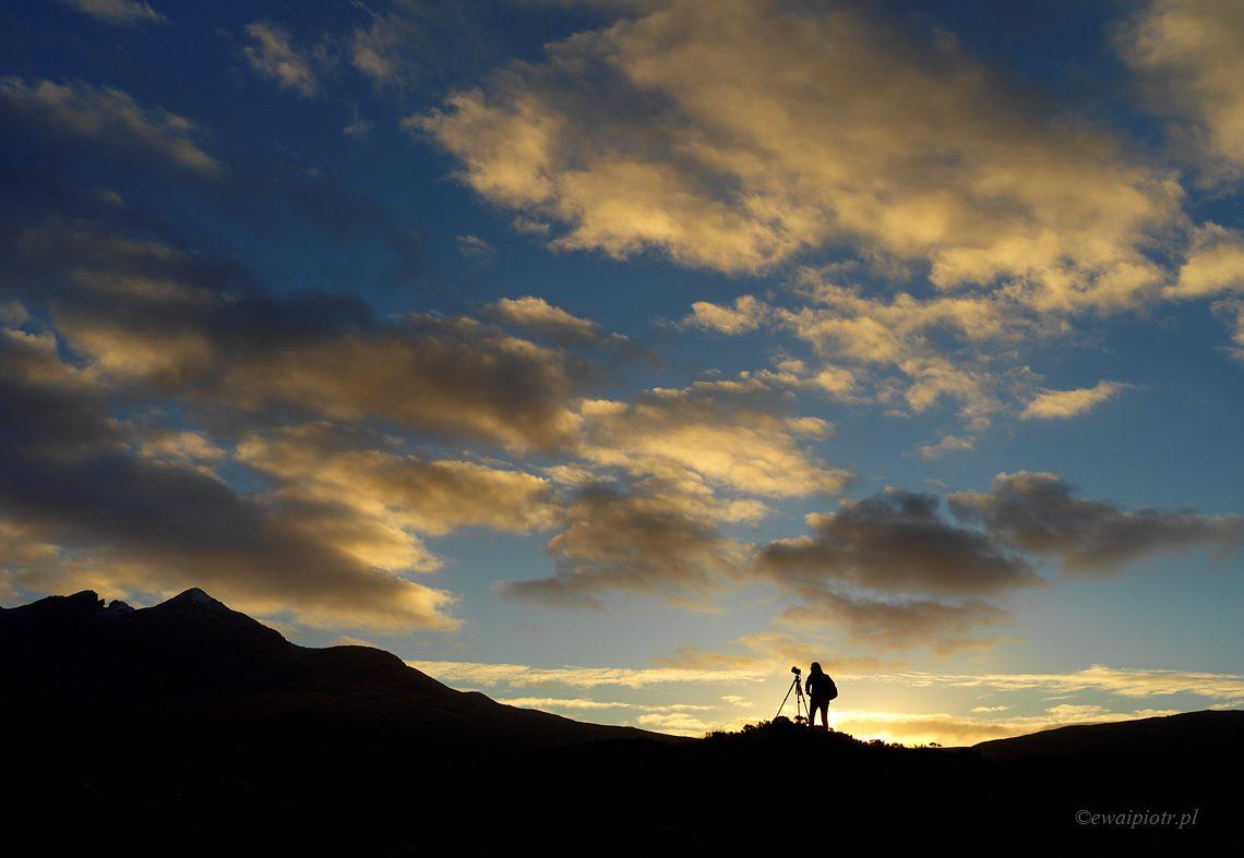 Sens fotografii - fotograf w górach o zachodzie słońca