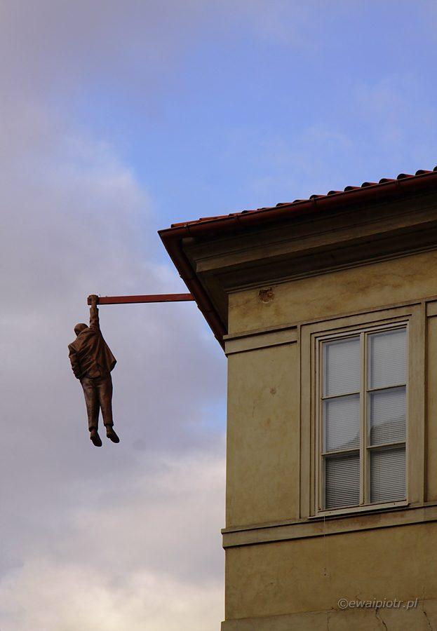 David Černý, rzeźba, Zygmunt Freud wiszący na jednej ręce