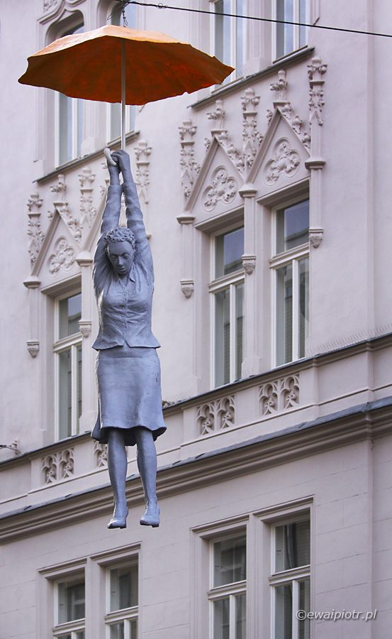 David Černý, rzeźba, kobieta z parasolem