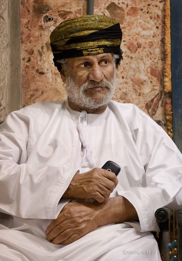 Mieszkaniec Omanu z telefonem komórkowym, warsztaty fotograficzne Oman