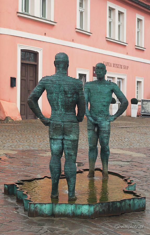 David Černý, rzeźba, dwóch mężczyzn sika na mapę Czech.