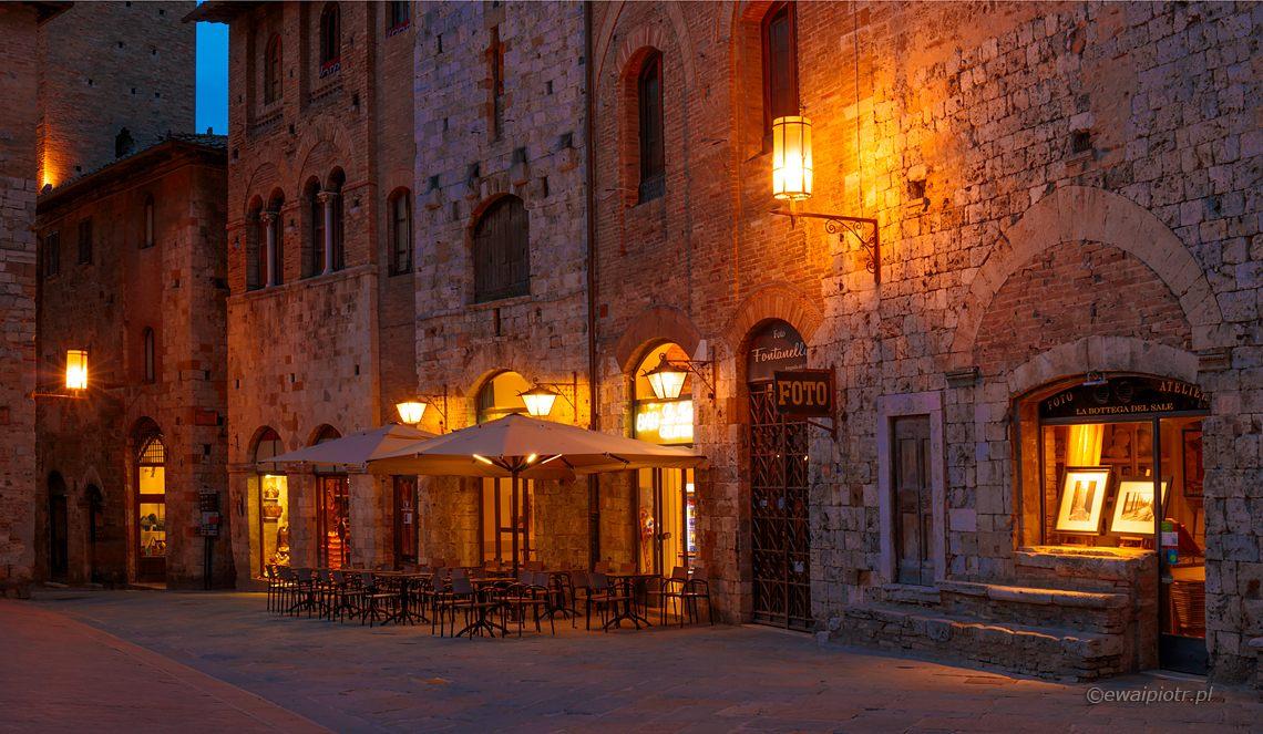 San Gimignano, noc, światła uliczne