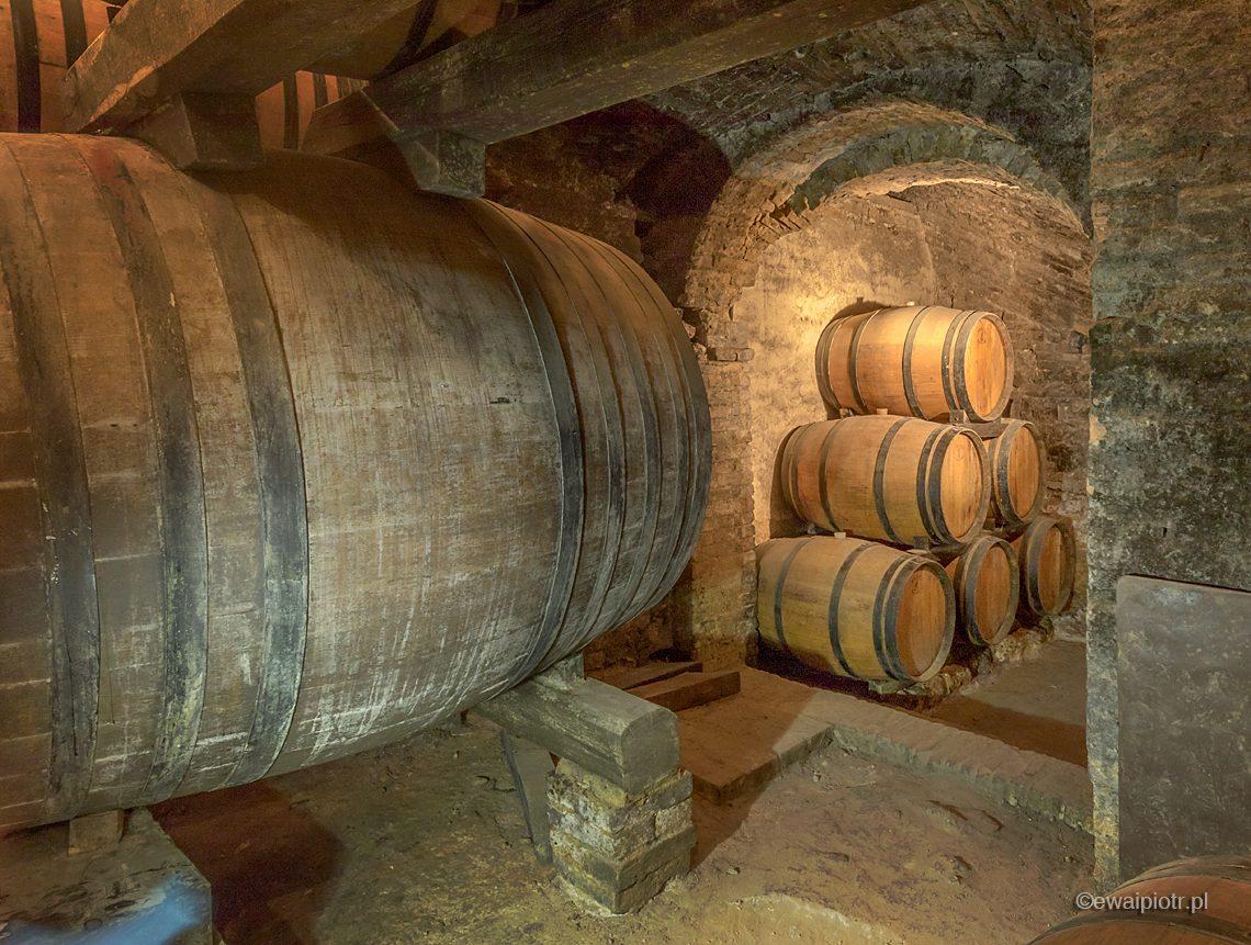Piwnica i beczki wina, Montepulciano, Toskania