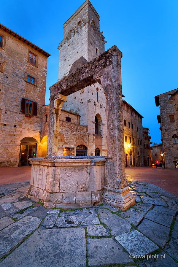 Zabytkowa studnia, San Gimignano nocą, Toskania, fotografia nocna