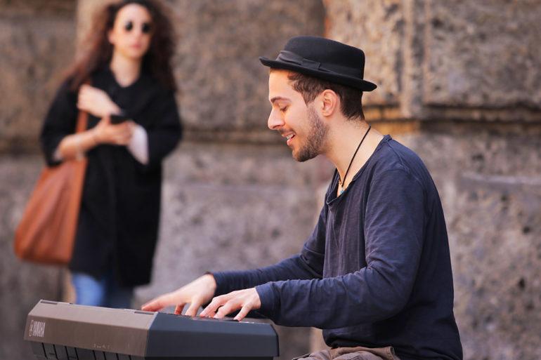 Muzyk i dziewczyna, Bolonia, fotowyprawa Toskania