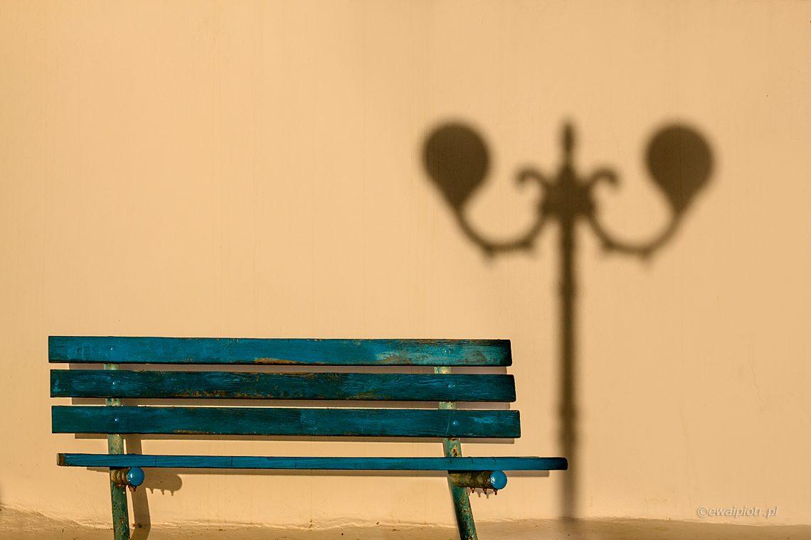 Ławka, cień latarni, Santorini, fotografowanie cienia