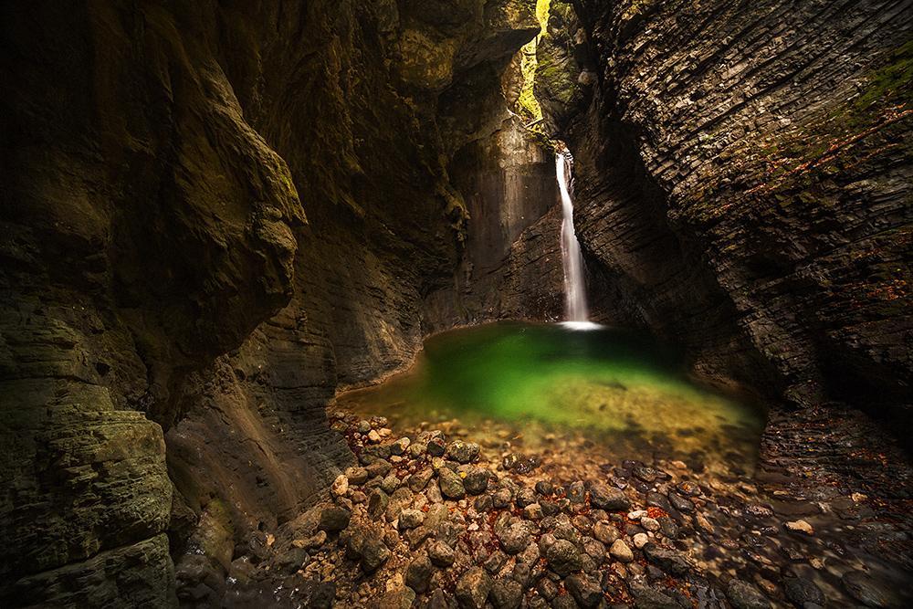 Górskie jeziorko, wodospad, fotowyprawa na Słowenię