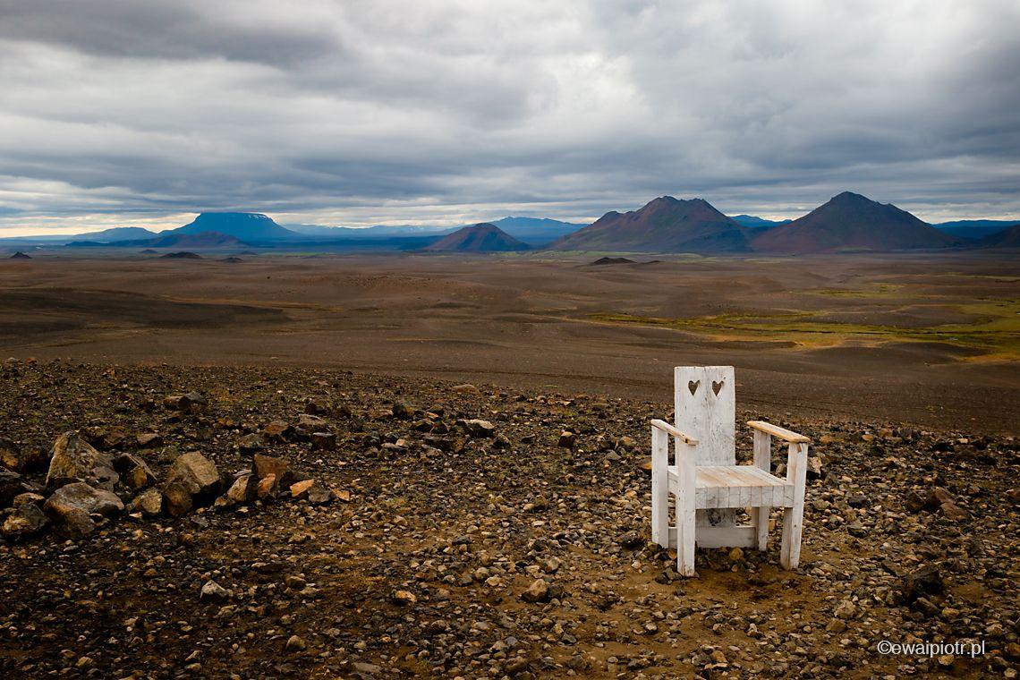 krzesło na wulkanicznej równinie, Islandia, pejzaż Islandii