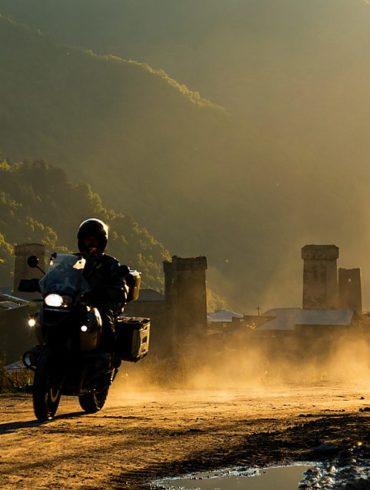 Motocyklista i wieże Uszguli, pod światło, Gruzja, fotowyprawa