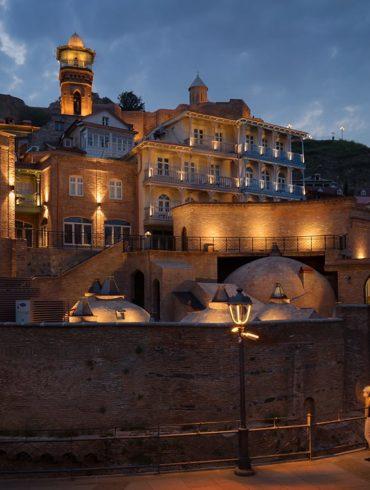 Tbilisi, fotowyprawa do Gruzji, nocne miasto, podświetlone kamieniczki