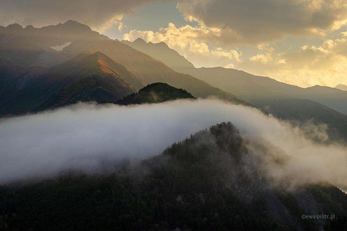 Góry, mgła, wschód słońca, Gruzja, Mestia, warsztaty fotograficzne