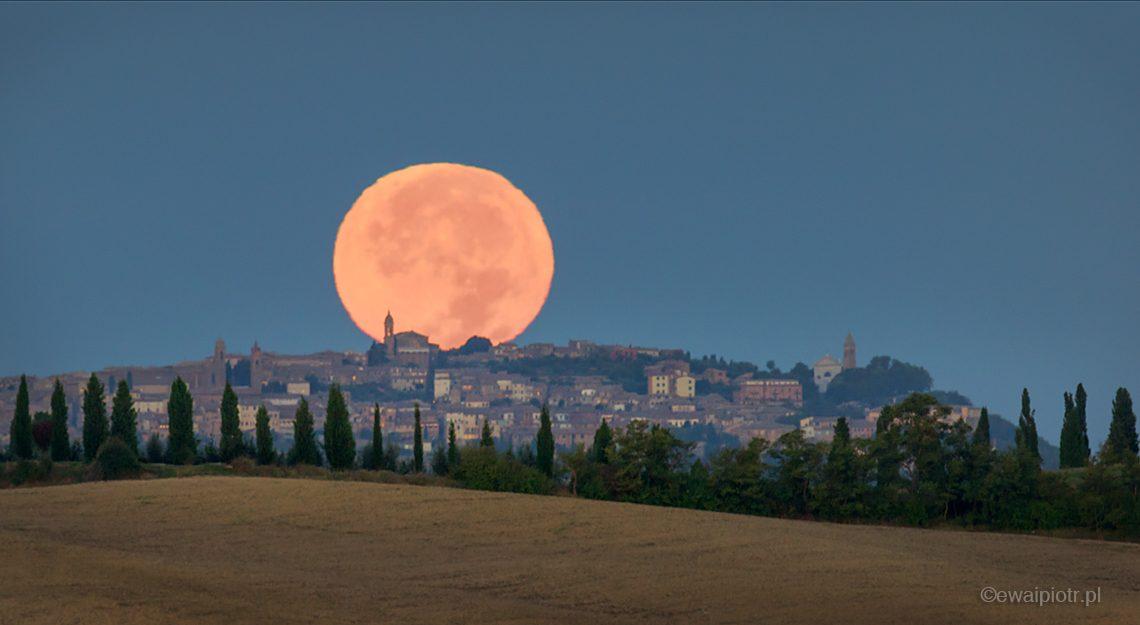 Księżyc nad San Quirico d'Orcia, Toskania
