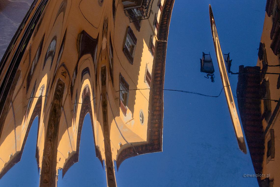 Odbicia, kamieniczki i karoseria samochodu, fotowyprawa Toskania
