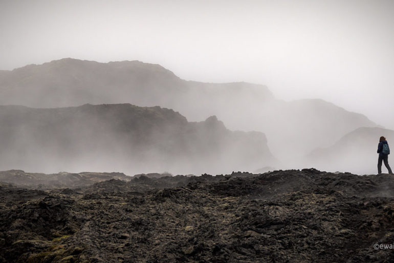 Człowiek i pole lawy, Islandia, fotowyprawa, Mroczna Islandia,