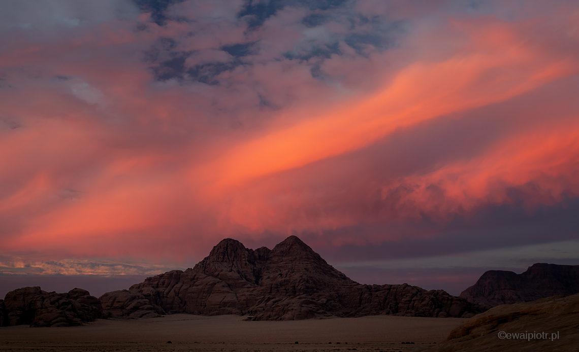 Ogień na niebie, Jordania, zachód nad pustynią Wadi Rum