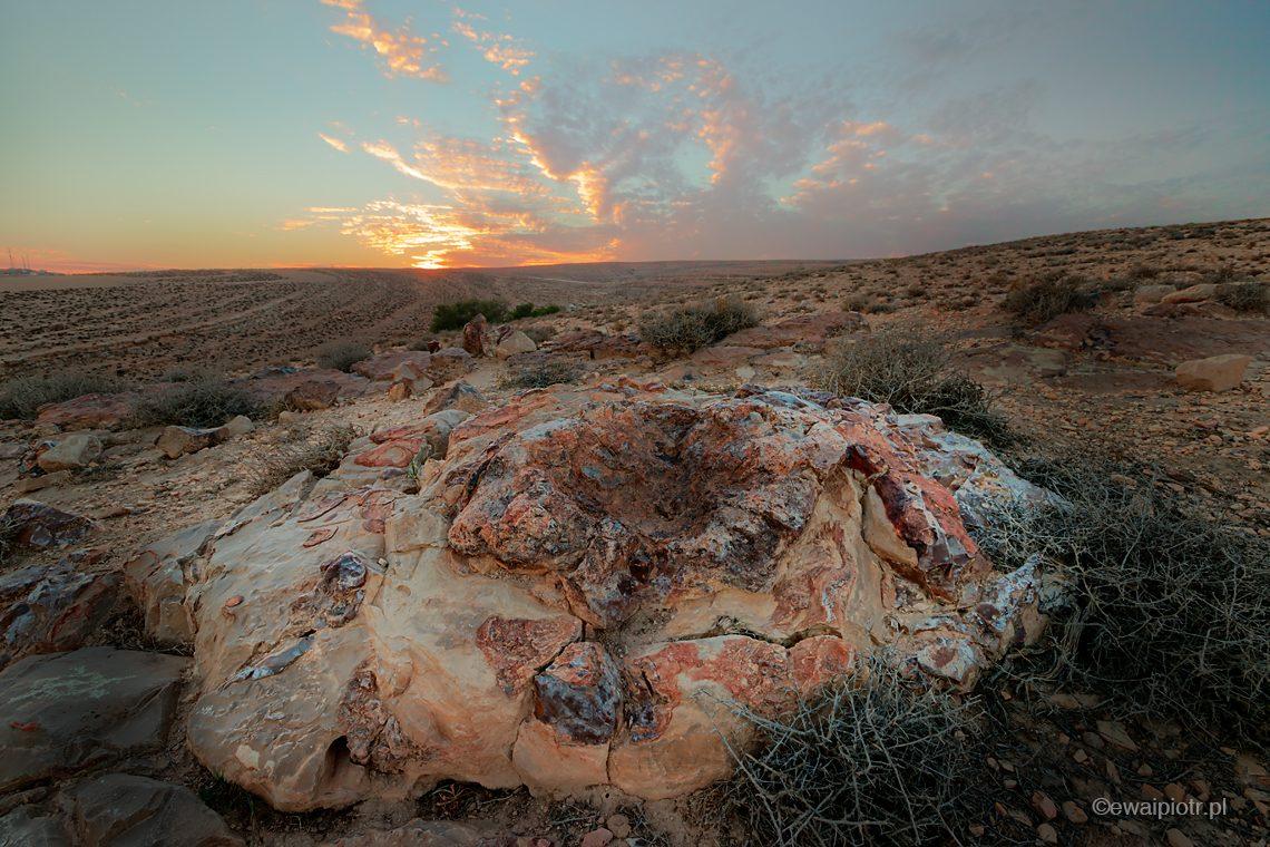 Skała przy zachodzie słońca, Jordania