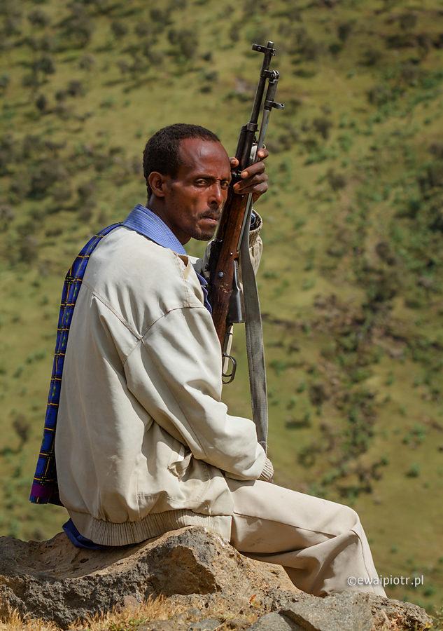 Strażnik w górach Semien, Etiopia, fotowyprawa, człowiek z karabinem