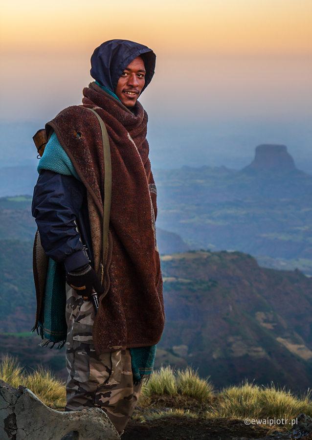 Ranger o świcie, góry Semien, Etiopia, człowiek z kałasznikowem