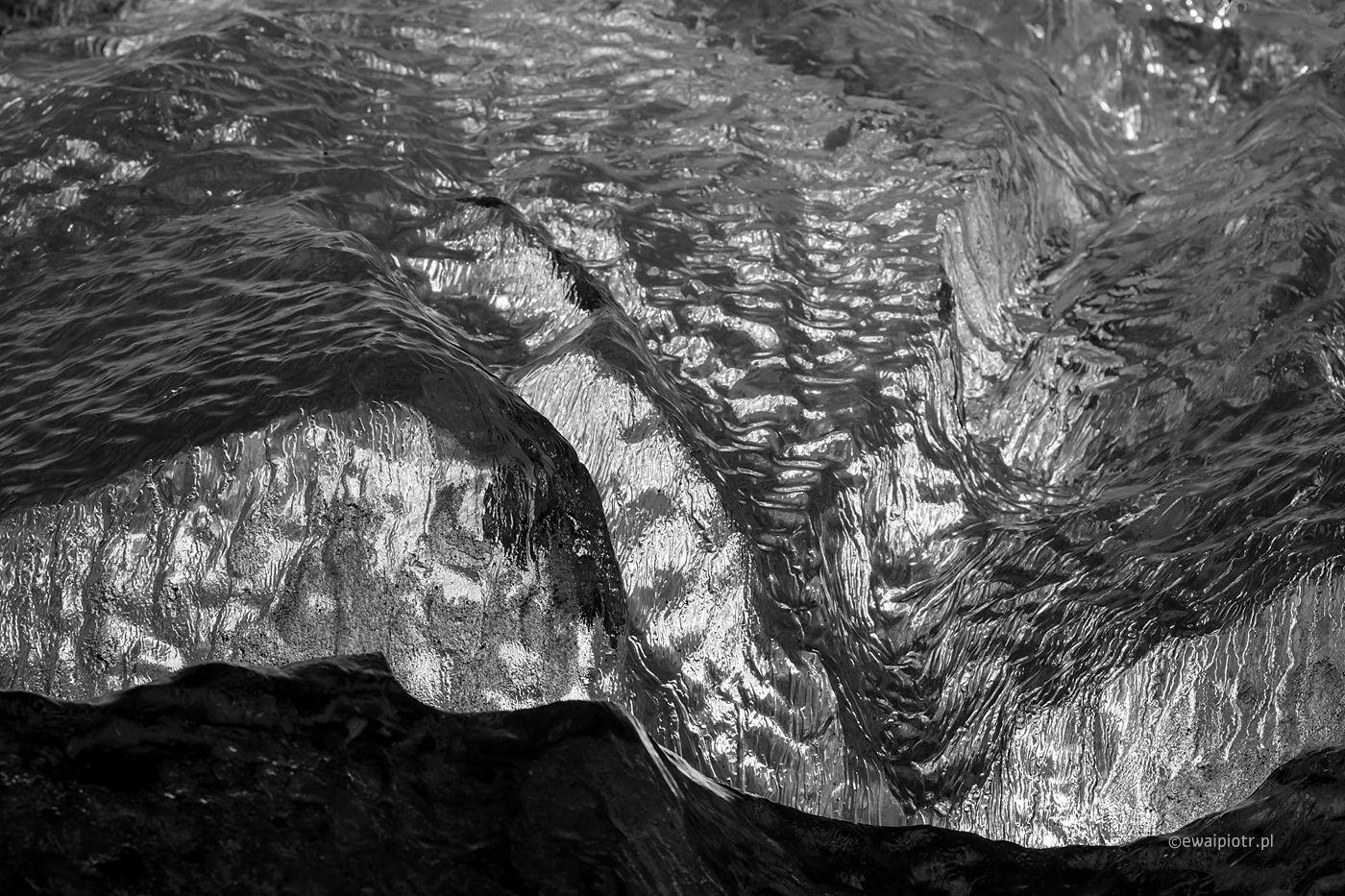 Lód z Jokulsarlon, Islandia, fotografia czarno-biała