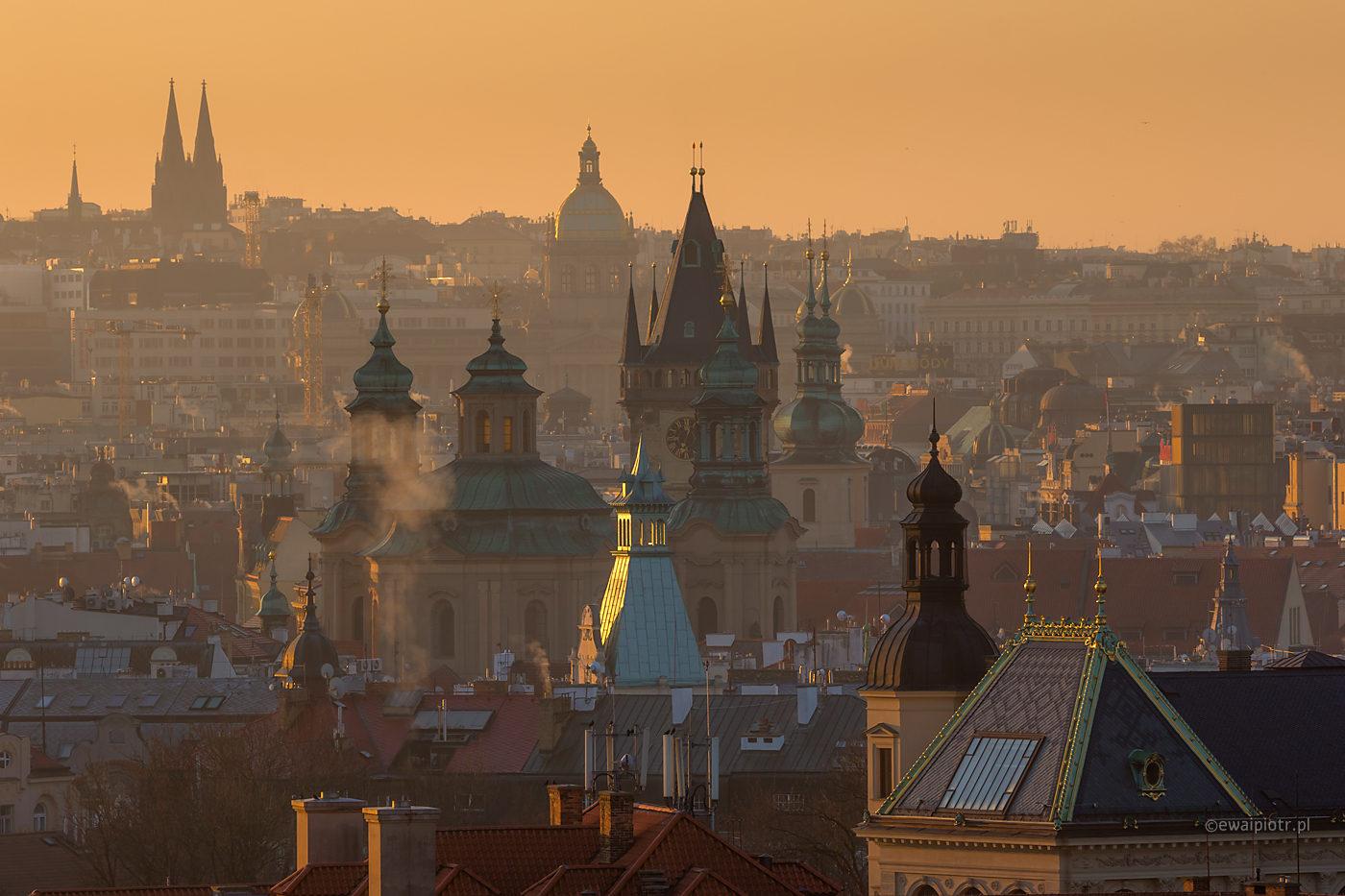 Praga o świcie, panorama miasta, dachy, wschód słońca