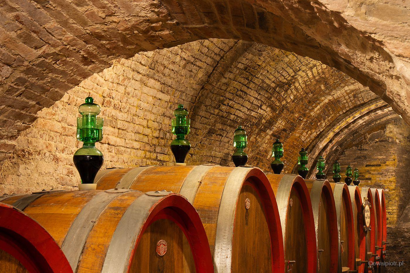 Beczki z winem w Montepulciano, Toskania