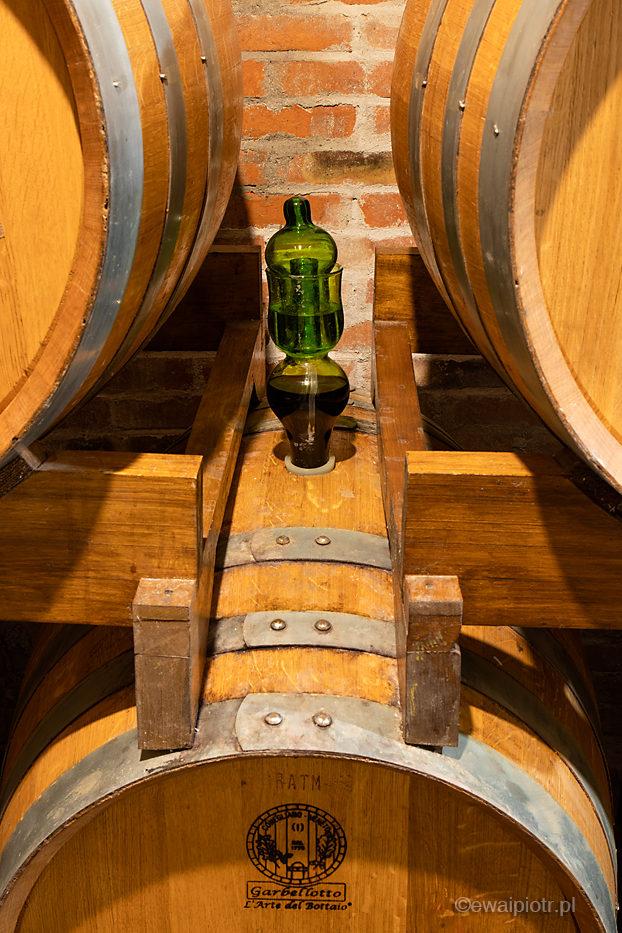 W piwnicy z dojrzewającym winem, Toskania