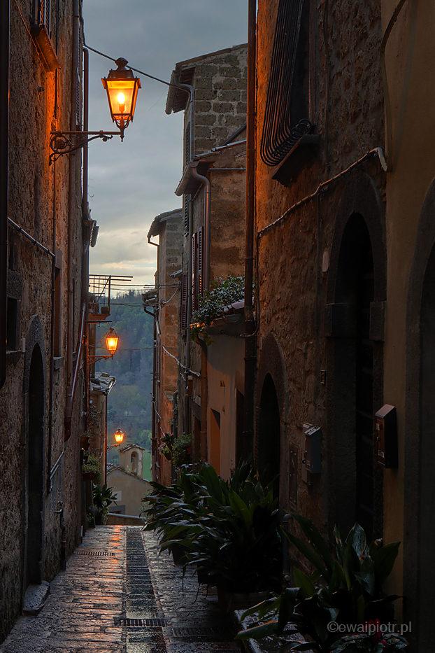 Uliczka Bagnoregio o zmierzchu, Toskania