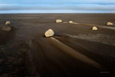 Niewędrujące kamienie na plaży Vestrahorn, Islandia, czarna plaża